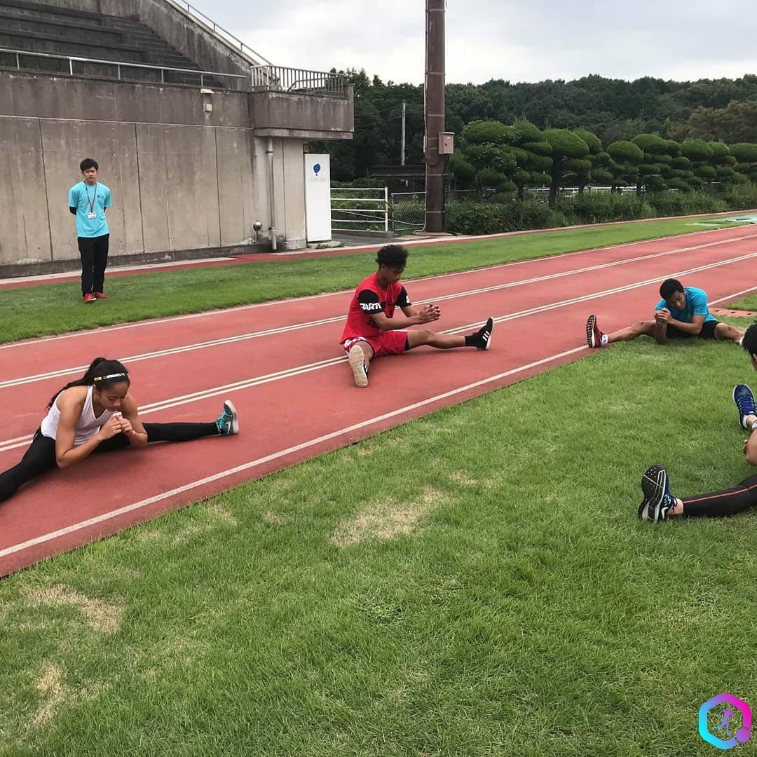 Lataisi-Mwea-and-other-competitors-stretching