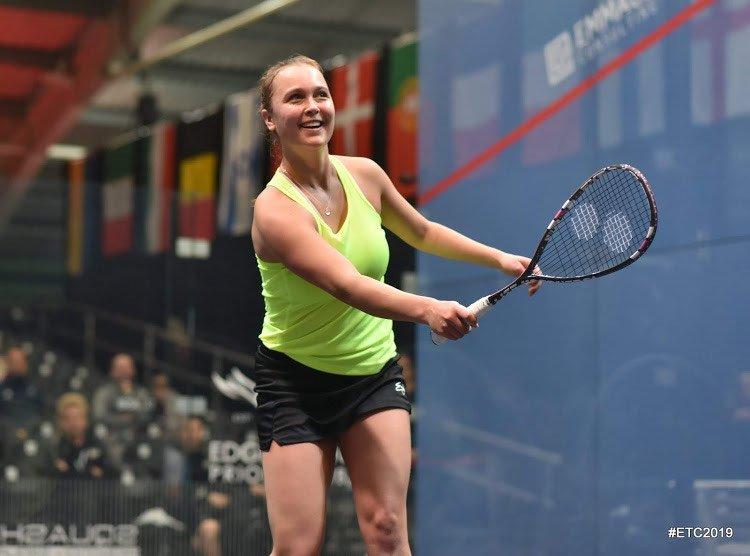 tinne gilis smiling after hitting a shot